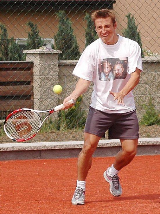 Patrik Ježek rád relaxuje při tenisu. Formu ladí  na kurtu na zahradě svého domu. Vrcholem  bývají souboje se švagry Petrem a Martinem Smíškovými a kamarádem Robertem Vágnerem