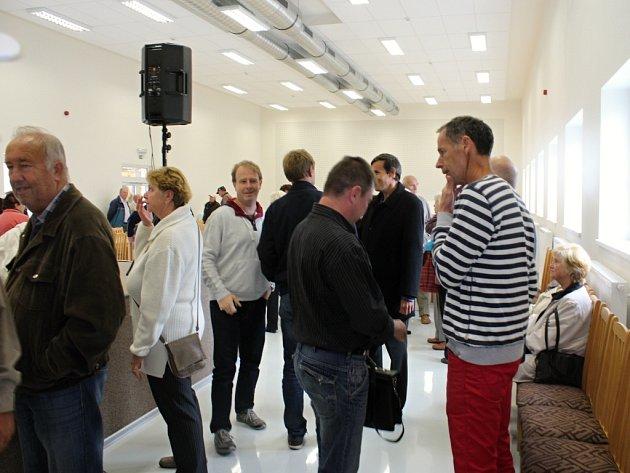 Lidé během prohlídky sálu.