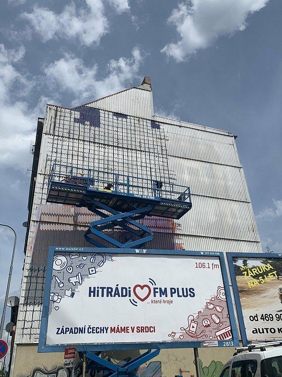 David Strauzz, kanadský umělec s českými kořeny, mění tvář budovy v Kalikově ulici v Plzni.
