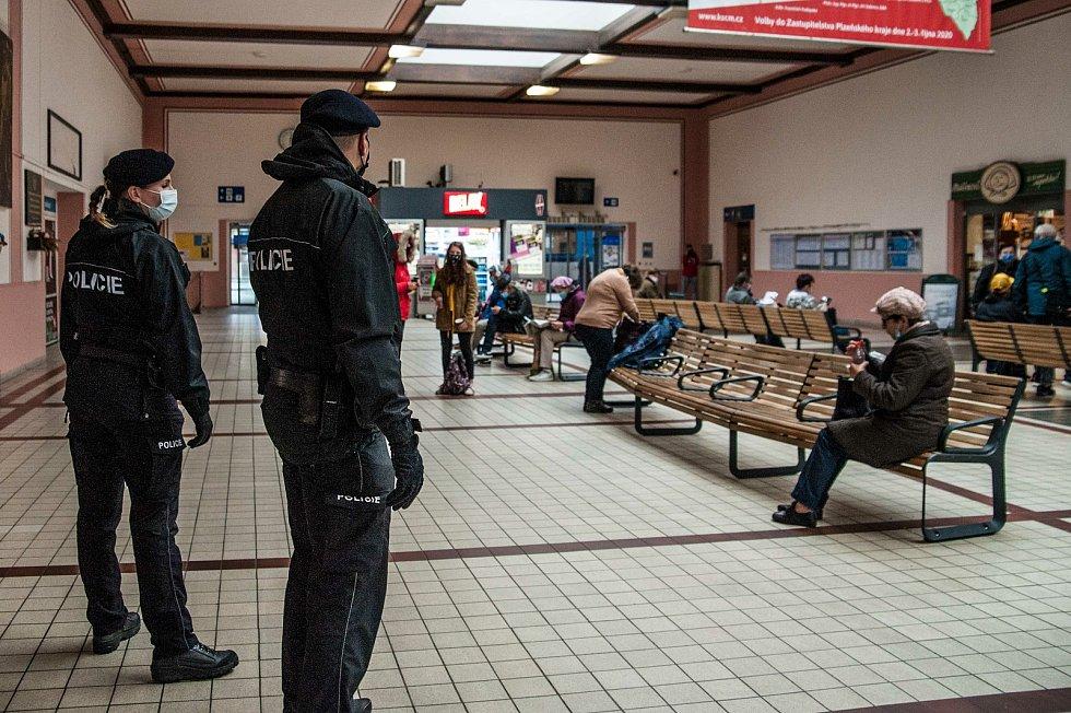 Policie v Plzni kontroluje dodržování vládních opatření.