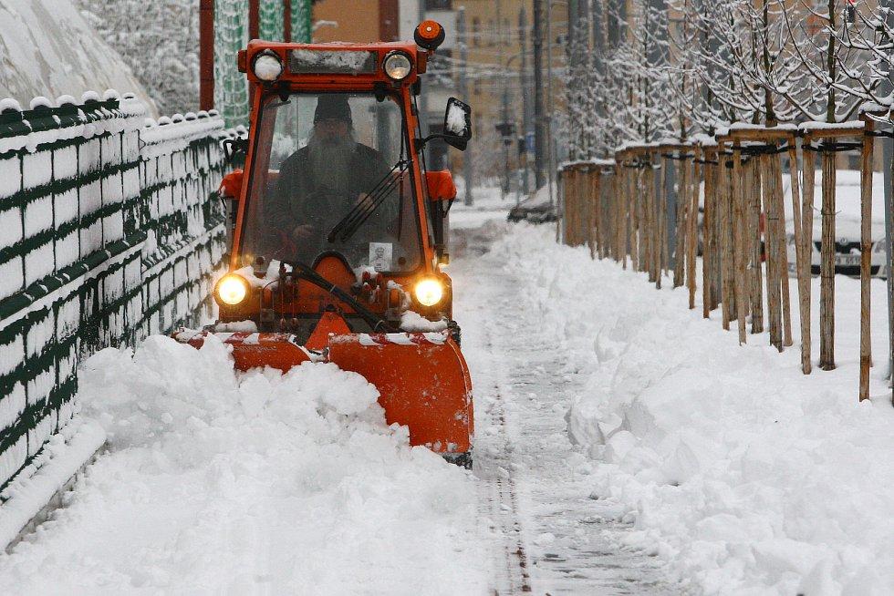 Plzeňský kraj zasypal sníh. Sypač v Dlouhé ulici v Plzni.