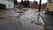 Po přívalovém dešti zalilo bahno ulice Útušic