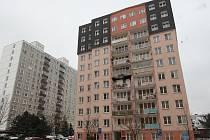 Bezbarierový dům v Kaznějovské ulici číslo 45, v jehož čtvrtém patře ve čtvrtek hořelo