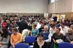 Čekání na příchod prezidenta na Střední průmyslové škole elektrotechnické v Plzni