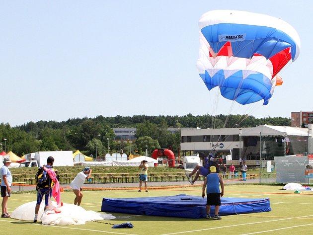 Seskok parašutistů bývá pravidelnou součástí Balonové show, která se každoročně koná v multifunkčním areálu Škodaland na břehu borské přehrady