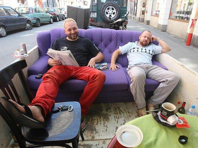 Milan Holar (vlevo)  z Domažlic a Míra Vlček (vpravo) si užívali dva dny dovolené na rušné ulici v centru Plzně. Popíjeli víno a kávu, povídali si s kolemjdoucími, grilovali, četli noviny nebo sledovali filmy na DVD