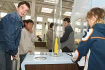 Děti ze základní školy v Blížejově si v science centru Techmania vyzoušely například pokus, při němž mohli pomocí pumpičky odpálit raketu