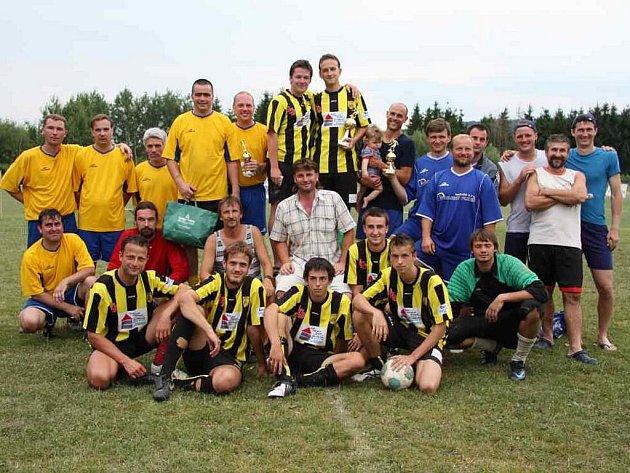 Nejlepší tři celky futsalového turnaje v Letinech,  druhý Big Beer, vítězné Jerigo a bronzový tým SK Šeptem (zleva)
