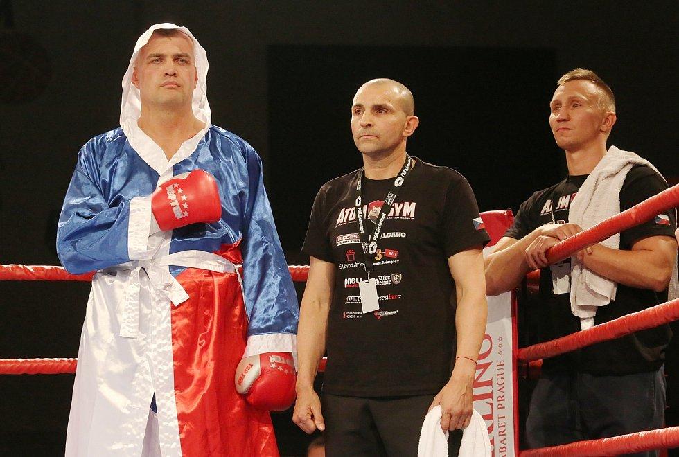 Pavel Šour (vlevo) v ringu proti Tomáši Šálkovi v souboji o pás mistra ČR v dubnu 2019.
