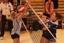 Dvě hladké výhry získaly v domácím prostředí hráčky týmu Volejbal Plzeň. Na snímku úspěšně smečuje Barbora Schveinertová (vpravo)