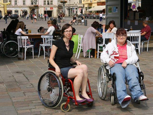 Redaktorka Deníku si za doprovodu vozíčkářky Hany Krislové (vpravo) vyzkoušela pohyb na vozíčku