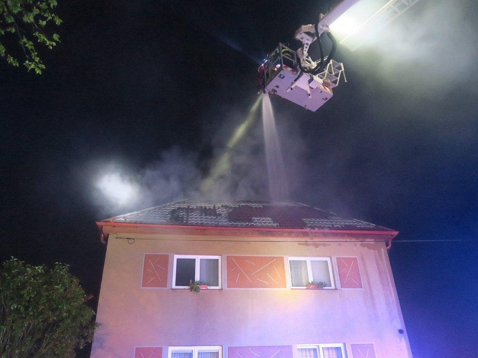 Požár rodinného domu po úderu bleskem v Blovicích.