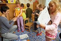 Hledání pexesa v rámci jazykové animace děti z 90. mateřské školy bavilo, a naučily se při něm i německá slovíčka