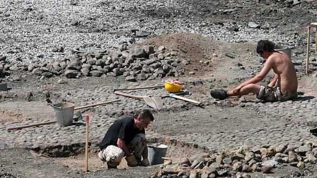Archeologové ze Západočeského institutu pro ochranu a dokumentaci památek na šli na jižní straně náměstí Republiky v Plzni  studnu pravděpodobně z roku 1881