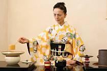 Michiyo Fukushima předvedla včera ve vědecké knihovně čajový obřad. Toto umění bude znovu k vidění v neděli, tentokrát v Západočeském muzeu v Plzni.