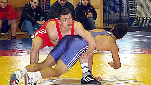 Zápasník Sokola Plzeň I. Filip Dubský (v červeném) bojuje v utkání ligy juniorů s havlíčkobrodským Sargisem Aghababyanem.