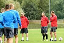 Noví trenéři, zleva Karel Krejčí a Pavel Horváth,  vedli včera premiérově přípravu Viktorie.  Pozítří je čeká křest ohněm – zápas s Vojvodinou Novi Sad v play-off Evropské ligy.