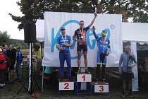 Luboš Kárník z Author Teamu Stupno (uprostřed) slaví vítězství na Čerchově před dvojicí domácích jezdců Petrem Kubíčkem (vlevo) a Janem Nyklesem.