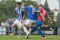Nedávno se fotbalisté Domažlic (v modrobílém) střetli v přípravě s áčkem plzeňské Viktorie (2:5), v ČFL teď bude jejich soupeřem její rezerva.