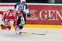 Plzeňský útočník David Stach (20) zastavuje Josefa Hrabala z Třince v nedělním utkání, které Škodovka prohrála 1:2. Dnes hrají  Indiáni v Chomutově.