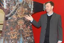 Jindřich Mleziva, jeden z autorů výstavy Draci a pivoňky, ukazuje dračí roucho, které nosil vysoký císařský úředník