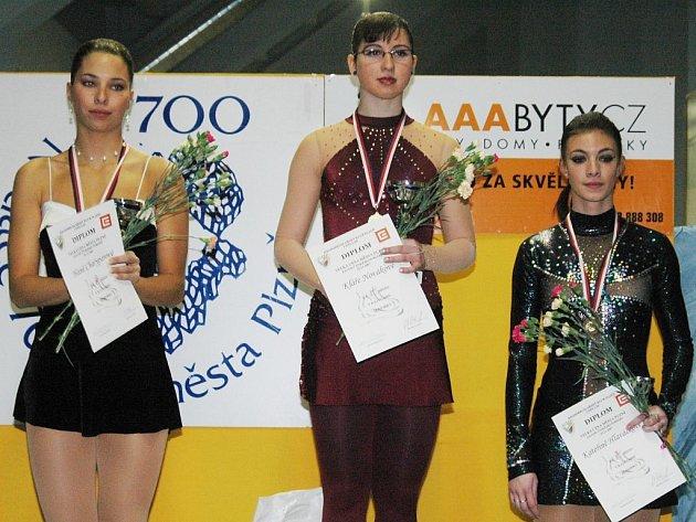 TŘI NEJLEPŠÍ. Velkou cenu Plzně v krasobruslení vyhrála Klára Nováková (uprostřed) před Hanou Charyparovou (vlevo), obě z USK Praha, třetí skončila Plzeňanka Kateřina Hlaváčková.