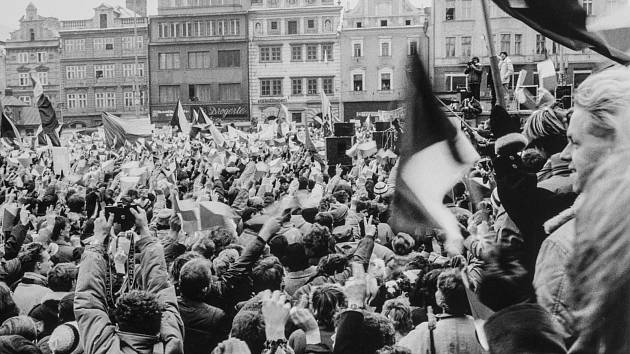 Listopad 1989 v Plzni na náměstí Republiky.
