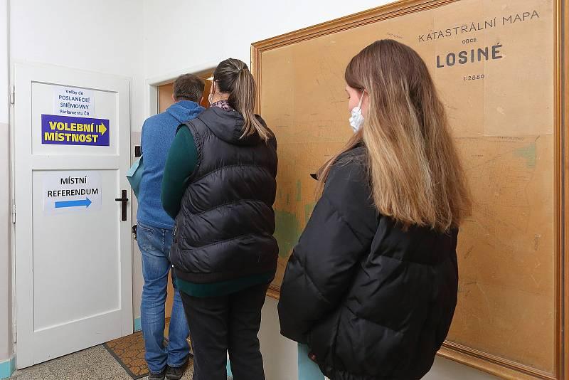 V Losiné na Plzeňsku voliči vhazují do urny dvě obálky. Svůj hlas odevzdávají ve volbách do poslanecké sněmovny a zároveň v místním referendu rozhodují o stavbě betonárky. Účast je v prvním dnu voleb vysoká.