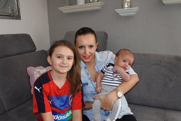 Marek Bakoš a manželka Monika, dcera Laura (8let) a syn Matias (6týdnů).