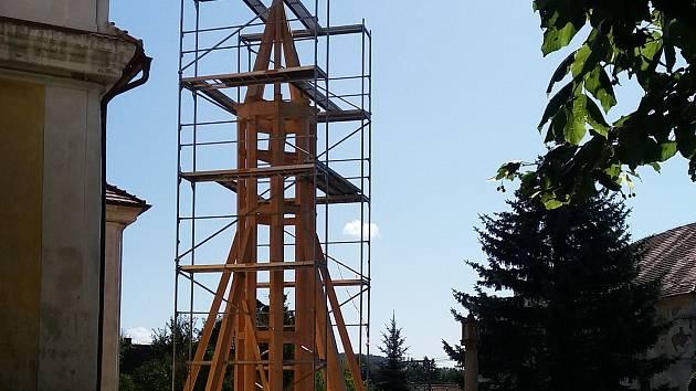Věž kostela sv. Petra a Pavla se od léta rekonstruuje.