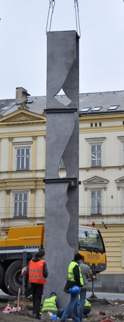 Dělníci usadili Pattonův památník pomocí jeřábu. Hned poté jej zakryli, odhalen bude až při oslavách osvobození