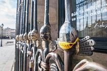 Andělíček s rouškou na katedrále sv. Bartoloměje na náměstí Republiky v Plzni