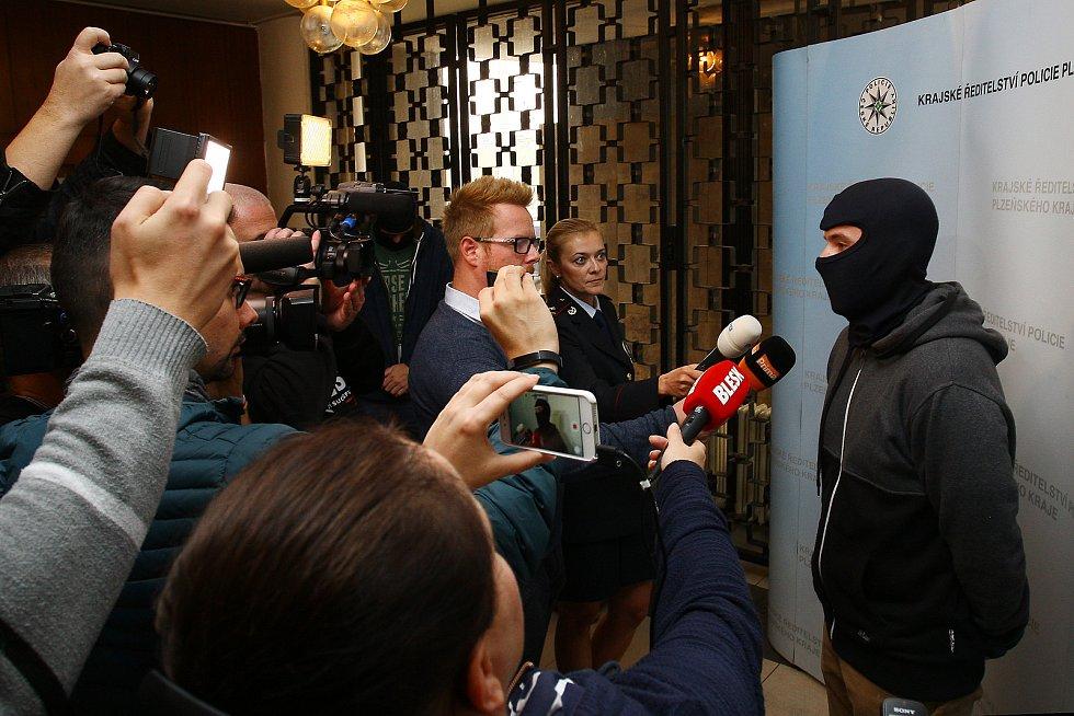 Policisté obvodního oddělení, kteří ve čtvrtek v noci zadrželi Albánce, který vystřelil na partne
