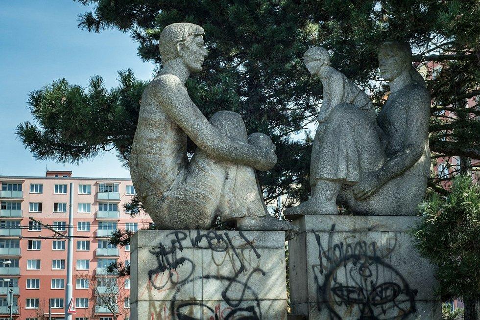 Pískovcové sousoší vzniklo ve spolupráci s architektem Františkem Lojdou, který realizoval výstavbu obchodního centra Luna, v jehož prostranství je socha také dodnes zasazena.