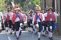 Z Velké Británie dorazí do Plzně čistě mužský soubor    Saddleworth Morris Men, který své klobouky bude denně zdobit čerstvými květy