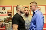 NAPĚTÍ. Václav Pejsar (v popředí vlevo) a Pavel Šour (vpravo) se střetnou o mistrovský titul  v těžké váze boxerů profesionálů.