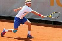 Šestnáctiletý český tenista Tomáš Jiroušek (na snímku) ve druhém kole juniorského turnaje Ex Pilsen nestačil na Mattea Martineaua z Francie. Martineau zvítězil hladce 6:2 a 6:2.