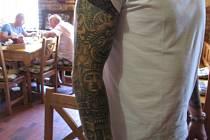 Středoamerické bohy má na paži vytetované Plzeňan Jeff.   Není to jeho  jediná a také rozhodně ne poslední kérka