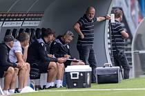 TAK KOHO TAM DÁME? Jako by přemýšleli asistent trenéra Pavel Horváth i hlavní kouč Michal Bílek v nedělním zápase s Karvinou. Zatím jim rotace se sestavou vychází.