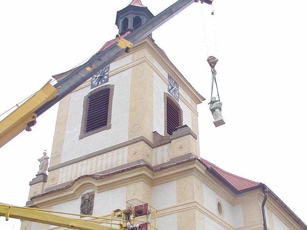 Z kostela v Žebnici se dívají dvě nové sochy. Petra a Pavla dělal asi půl roku kamenosochař Bartoloměj Štěrba z Kozolup. Sochy se usazovaly pomocí těžké techniky.