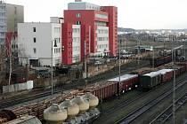 Budova Železniční polikliniky nedaleko hlavního nádraží v Plzni