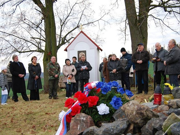 Asi padesátka lidí se sešla v úterý 17. listopadu u kříže nad Blovicemi, aby uctila památku všech, kdo se zasloužili o svobodný život v naší zemi.