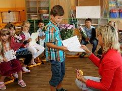 Prvňáci ze ZŠ v Chotíkově dostali vysvědčení o dva týdny dříve kvůli plánované rekonstrukci školní budovy.