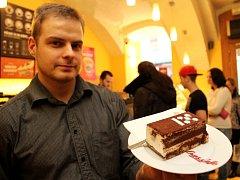 Síť kaváren CrossCafé připravila na oslavy specialitu, která je k mání už nyní. Zákazníci si mohou ke kávě dát tiramisu ozdobené logem Plzně Evropského hlavního města kultury 2015