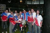 Skupina příznivců kolové z Plzně oslavuje zisk zlatých medailí a titulu mistra světa českého týmu v rakouském městě Dornbirn (druhý zleva Václav Bohatý)