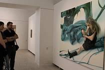V GmP  vystavují od minulého týdne mladí umělci z České republiky i Německa. Na snímku si právě prohlížejí dílo Marka Slavíka s názvem Počátek komplikací. Výstava potrvá do 11. července