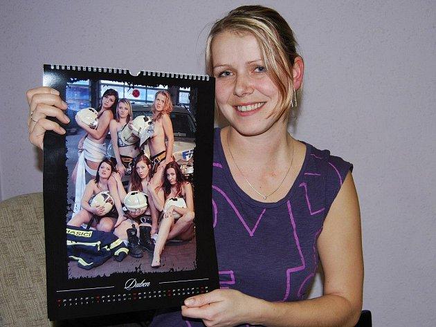 Irena Eretová s nástěnným kalendářem, který nafotila spolu se svými kamarádkami z hasičského sboru v Pláních