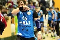Plzeňský házenkář Jakub Šindelář je pověstný svojí tvrdostí. V duelu proti Dukle dostal po třetím vyloučení červenou kartu a podruhé za sebou zápas nedohrál.