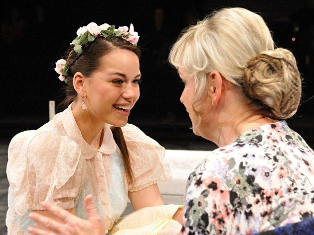 V muzikálu Probuzení jara ztvárňuje Karolina Gudasová (vlevo) Wendlu Bergmannovou. Na snímku se Stanislavou Topinkovou-Fořtovou v roli Wendliny matky.