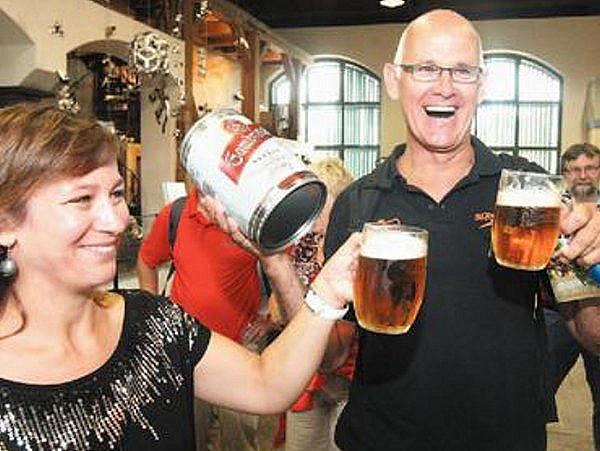SLAVNOSTNÍ PŘÍPITEK. Stotisícím letošním návštěvníkem Plzeňského Prazdroje je Holanďan Antoine Reijns. Na snímku si s ním připíjí Jitka Froydová z pivovaru.